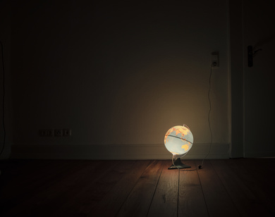 Leuchtglobus in dunklem Zimmer